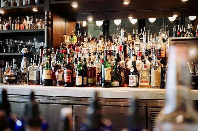 Becuhen Sie eine der Szene Bars mit einem Model vom Düsseldorfer Escort Service
