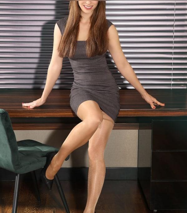 Im eleganten Kleid mit Perlen sieht High Class Escort Model Fiona besonders toll aus