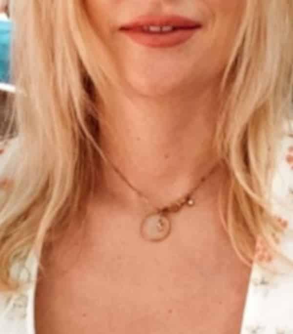 Larissa - Blondes Escort Bonn mit roten Lippen und offenen blonden Haaren.
