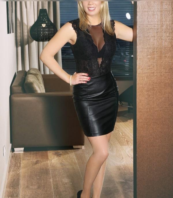 Bewundern Sie High Class Escort Celine aus Frankfurt im schwarzen Lederrock und Dessous.