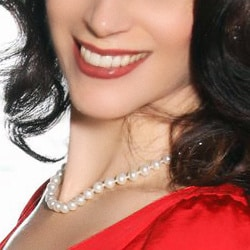 Carmen - Reifes Escort Essen mit wlligem schwarzen Haar und einem breiten Lächeln.
