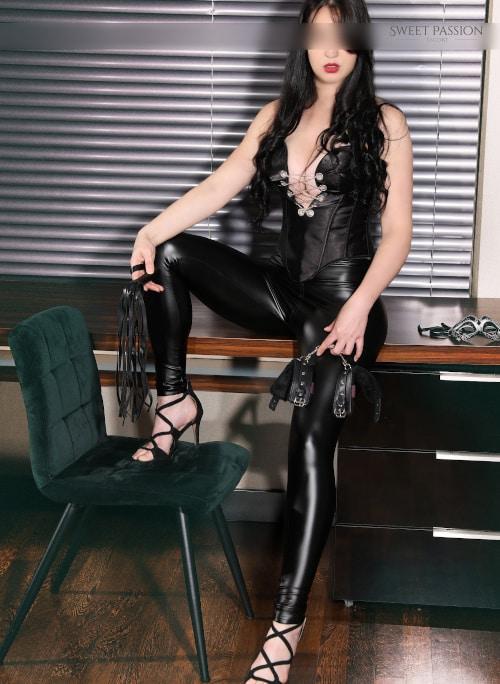 Wer eine dominante Dame sucht, wird bei Deomina Escort Alcina sicherlich fündig.