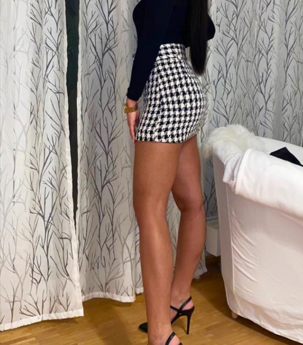 Melanie - Elite Escort Frankfurt in Rock und Top mit schwarzen High Heels.