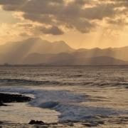 Escort Date auf Mallorca am Meer im Sonnenuntergang.