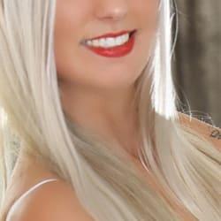 Lea - VIP Escortdame Bremen mit gletten blonden Haaren und roten Lippen.