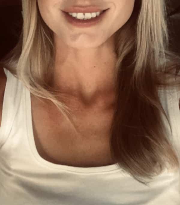 Alina - Escortmodel aus Köln mit einem breiten Lächeln im weissen Top.