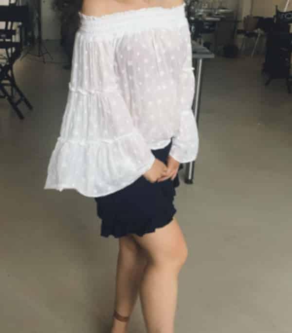 Jennifer - charmantes Escort Koeln im schwarzen Rock und einer weissen Bluse und hohen Sandalen.